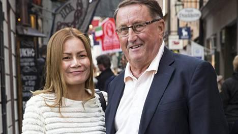 Curt Lindström Tukholman vanhassa kaupungissa yhdessä avovaimonsa Wanin kanssa.