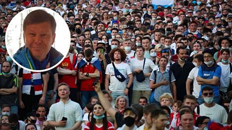 Pettyneet venäläisfanit seurasivat ottelua fanialueella Pietarissa. Dmitri Gubernijev sanoi tilanteesta suorat sanat.