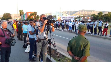 Kuubalaisia oli kerääntynyt katujen varsille seuraamaan entisen johtajansa viimeistä matkaa. Paikalla oli runsaasti myös tiedotusvälineiden edustajia maailmalta.