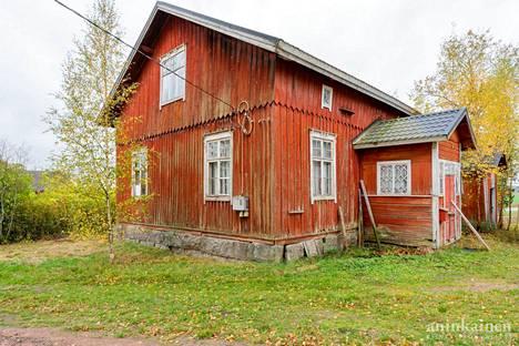 Talo sijaitsee noin 2 350 neliömetrin kokoisella tontilla.