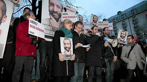 Pariisissa osoitettiin mieltä Nadir Dendounen vapauttamiseksi 1. helmikuuta.