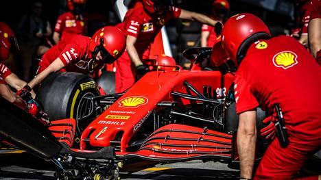 Ferrarin varikkotiimi työssään Melbournessa maaliskuussa, jossa oli tarkoitus kisata kauden ensimmäinen GP.