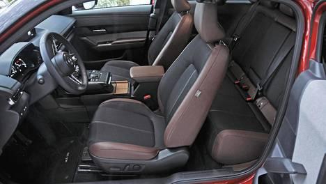 Mazda MX-30:n takaoven kaappariratkaisu helpottaa tietyllä tapaa takaistuimelle käyntiä, mutta toisaalta etuovi on aina avattava ennen kuin takaovi avautuu.