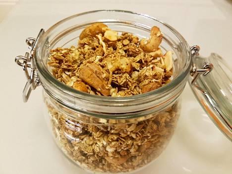 Omenagranola on tumpelon kotikokin takuuvarma ruokalahja. Annos itse tehtynä.