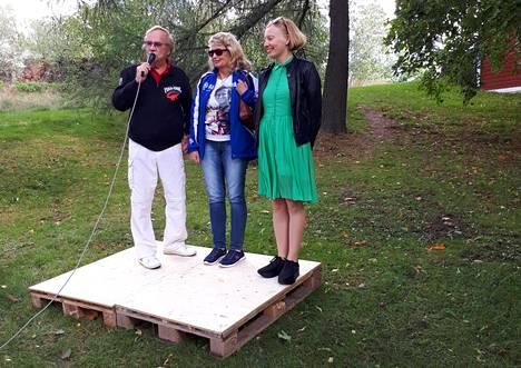 Jorma Pulkkinen juonsi tilaisuuden, jossa julkistettiin kuvittaja Pirita Tolvasen (oik.) laatima kirja. Haastateltavana myös Jarno Saarisen leski Soili Karme.