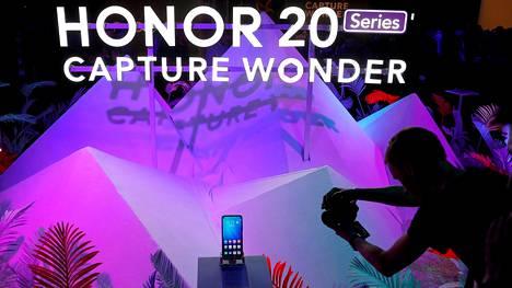 Honor julkaisi Honor 20 -huippumallinsa toukokuussa 2019 heti USA:n julkistettua Huawei-pakotteensa, ja julkistuksesta tuli pannukakku.