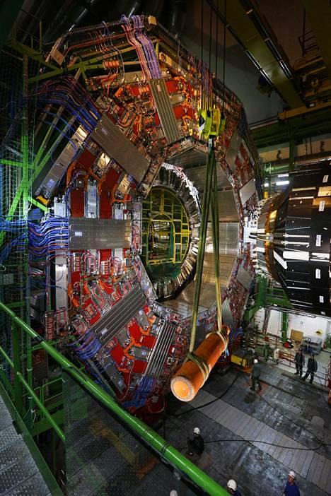 Tekoälyn kehittämiseen tarvitaan hiukkastutkimuslaitos Cernin kaltainen kansainvälinen jättiprojekti, kognitiotieteen tutkijat sanovat. Kuva Cernin LHC-hiukkaskiihdyttimeen kuuluva CMS-koeasema.