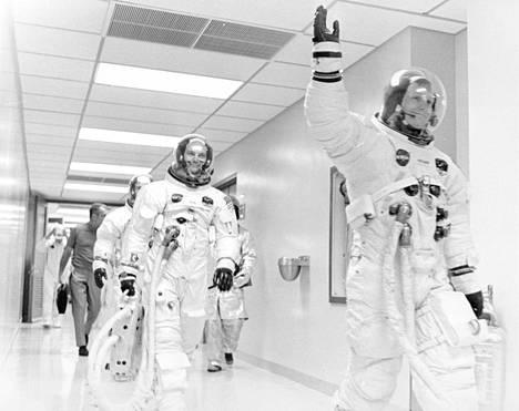 Historiallinen kolmikko Neil Armstrong (jonon ensimmäisenä), Michael Collins ja Buzz Aldrin lähtöpäivänä Floridan Cape Canaveralissa 16. heinäkuuta 1969.