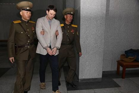 Sotilaat kuljettivat Warmbieria oikeuden eteen Pjongjangissa maaliskuussa 2016.