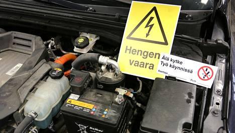 Korkeajännitetekniikkaa sisältävä auto rajataan ja merkitään varoituskylteillä.