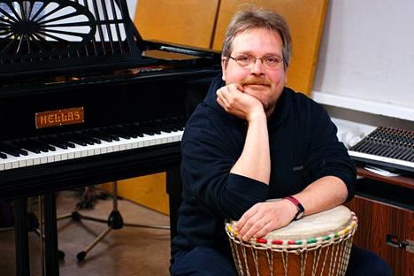 Mikko Saarela kuvattuna Maailmanmusiikin keskuksen studiossa Helsingin Hämeentiellä 2005.