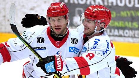 Filip Riska (vas.) ja Valtteri Viljanen juhlivat Sportin 0–1 osumaa, jonka teki Simon Suoranta.