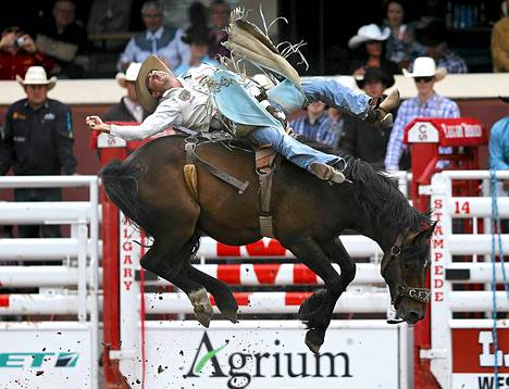 Australialainen Jake Marshall sinnitteli pysyäkseen My Mistake -hevosen selässä.