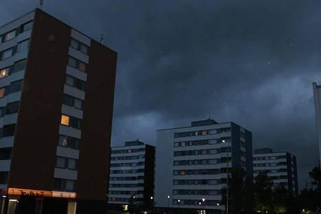 Myrskypilvet pimensivät taivaan Turun Jyrkkälässä.