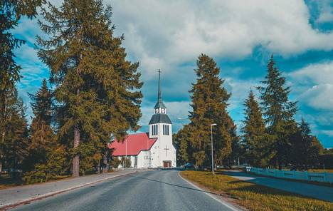 Kuusamon kirkon suunnitellut Bertel Liljeqvist.