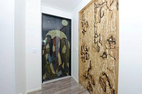 Näitä taideteoksia erehtyy helposti pitämään tauluina – kunnes joku avaa oven ja astuu ulos huoneesta.