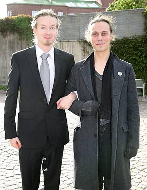 Mikko Linde Lindström ja Ville Valo juhlivat Kaasun häitä.
