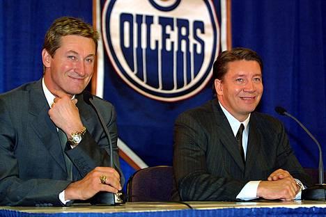Wayne Gretzky ja Jari Kurri kuvattuna vuonna 2001. Tuolloin molemmat olivat jo lopettaneet pelaajauransa.