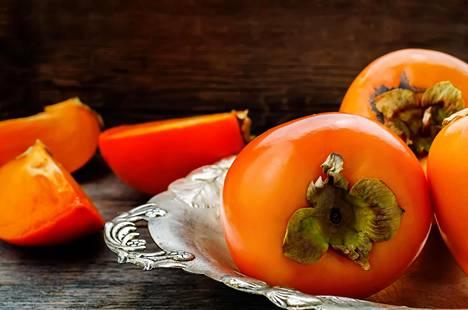 Kaunis persimon on hedelmähyllyn piristys.