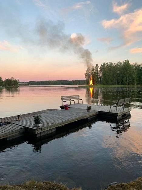 Kokko ja järvimaisema kuuluvat perinteiseen juhannukseen.