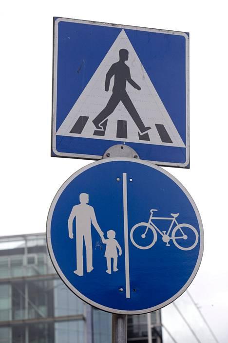 Onkos tämä nyt mies vai nainen, joka suojatiemerkissä ylittää tietä? Entä pitäisikö pyörätie ja jalkakäytävä rinnakkain -merkin saattajan olla olemukseltaan neutraalimpi?