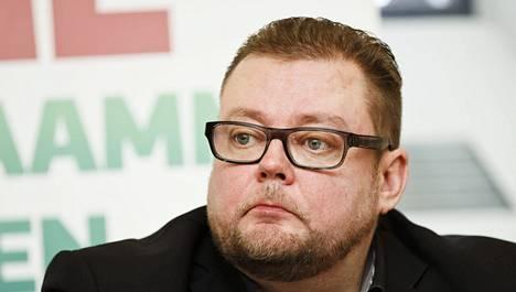 Marko Varajärvi tiedotustilaisuudessa 5. maaliskuuta 2015.