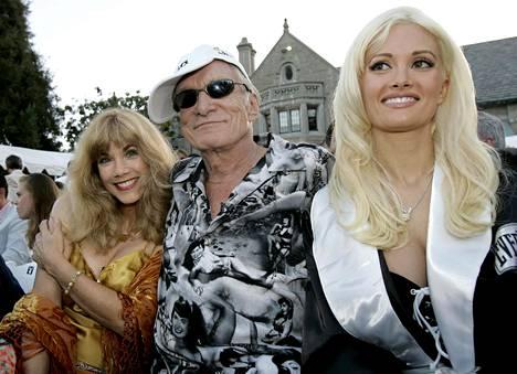 Hefnerin rinnalla entinen tyttöystävä Barbi Benton ja tuolloinen tyttöystävä Holly Madison vuonna 2005.
