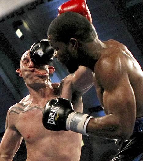 Nyrkkeilijä Lavarn Harvell (oik.) tyrmäsi Tony Pietrantonion nyrkkeilyottelussa Atlantic Cityssä.