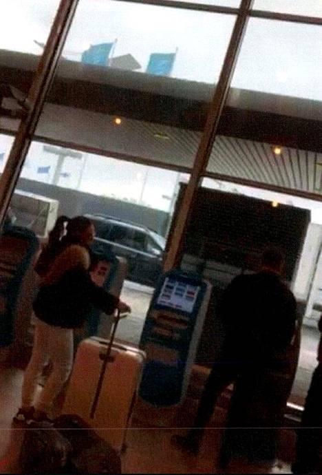 Poliisi kuvasi Helsinki-Vantaan lentoasemalla salaa Sofia Belórfin (matkalaukun kanssa) ja Niko Ranta-ahon (lähtöselvitysautomaatilla).