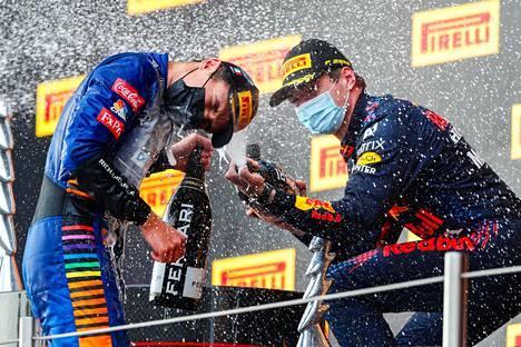 Tiimin päätös päästää Lando Norris ohi tallikaveristaan Daniel Ricciardosta kannatti: uran toista palkintopallisijoitusta kelpasi juhlia voittaja Max Verstappenin (oik.) kanssa.