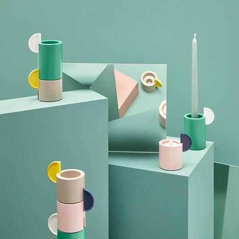 Ikean ÄDELHET-kynttilänjaloissa näkyvät kaarevat muodot ja trendikkäät sävyparit vaaleanpunainen ja keltainen.