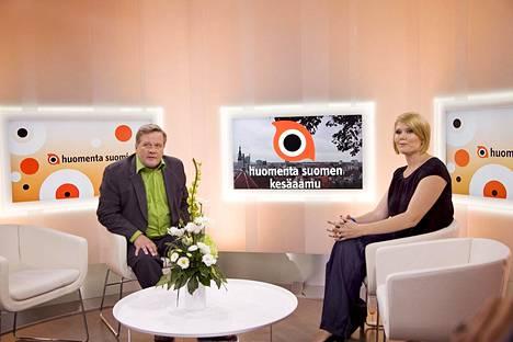 Sanna Kiiski kuvattuna Huomenta Suomi -ohjelman studiossa juontajakollegansa Lauri Karhuvaaran kanssa vuonna 2011.