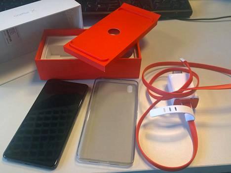 OnePlus X:n pakkauksen sisältö. Suomeen myytäviin luureihin tulee eurooppalainen verkkovirtasovitin.