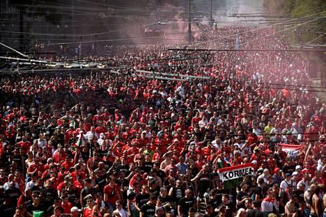 Unkarin fanit olivat kokoontuneet kaduille rutkasti ennen ottelun alkua.