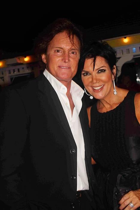 Bruce Jenner (nyk. Caitlyn Jenner) ja Kris Jenner erosivat vuonna 2013. Jennerien mukaan sukupuolenkorjausleikkaus ei vaikuttanut eropäätökseen, vaan he molemmat tulivat siihen tulokseen, että he ovat kasvaneet erilleen.