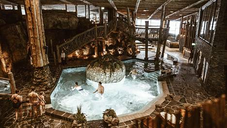 Hotel & Spa Resort Järvisydän on louhittu rantakallioiden sisälle.
