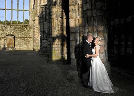 Kuningatar Elizabeth II:n tyttärentytär Zara Phillips ja rugbypelaaja Mike Tindall menivät naimisiin Edinburghissa Skotlannissa 30. heinäkuuta.