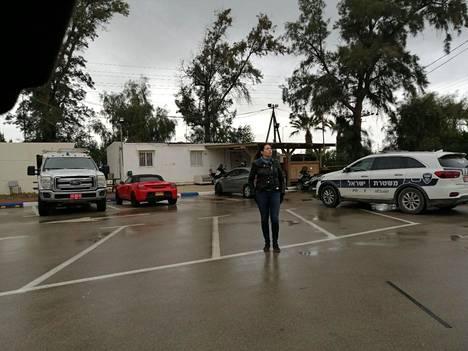 Vasemmistoliiton kansanedustaja Anna Kontula ei ehtinyt edes määränpäähänsä Israelissa, kun poliisi otti hänen seurueensa kiinni.