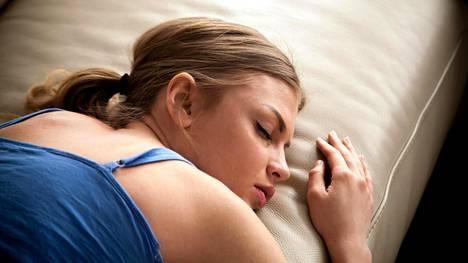 Nukkumisessakin kannattaa miettiä hyvää ergonomiaa. Tämä on yksi huonoimmista asennoista, jos selkä- ja niskakivut vaivaavat.