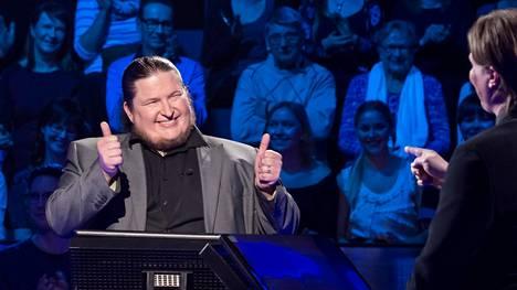 Perheenisä Antti Ahonen menestyy Haluatko Miljonääriksi -tietokilpailussa.
