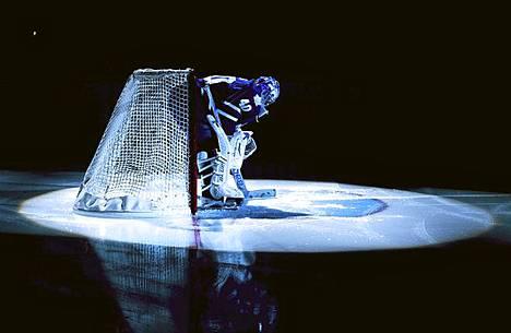 Toronton maalivahti Jussi Rynnäs valmistautuu ottamaan koppeja Philadelphia Flyersia vastaan.