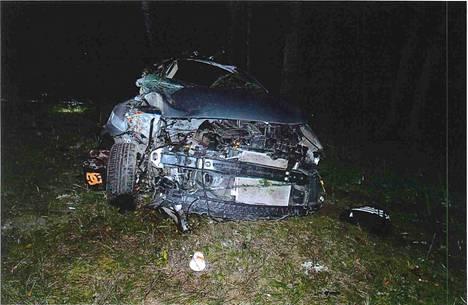 Turma-auto romuttui täydellisesti. Takapenkillä oletetusti istuneet tytöt lensivät autosta ulos, 17-vuotias poika kuoli apukuskin paikalla turvavöihin. Vastaaja selvisi varsin lievin vammoin. Kuskin paikka oli törmäyksessä turvallisin. Lisäksi kuljettajan turvatyyny laukesi.