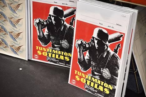 Tuntematon sotilas kiinnostaa monessa muodossa. Edvin Laineen ohjaaman ensimmäisen elokuvaversion julisteita oli esillä myös Helsingin kirjamessuilla lokakuussa.