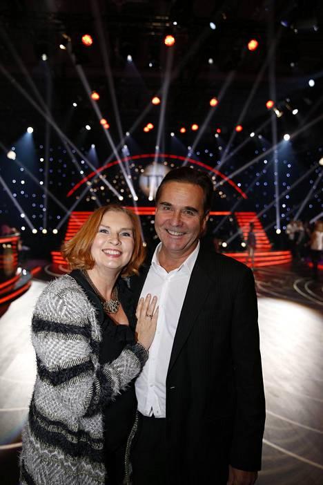 Sari Havas poseerasi Risto-rakkaansa kanssa Tanssii tähtien kanssa -studiolla viime syksynä.