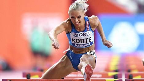 Annimari Korte aitoi Dohan MM-kisojen välierissä ajan 12,97. Se ei riittänyt finaaliin.