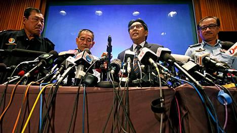 Viranomaiset ja Malesian Airwaysin -edustajat pitivät maanantaina lehdistötilaisuuden Kuala Lumpurin kansainvälisellä lentokentällä.