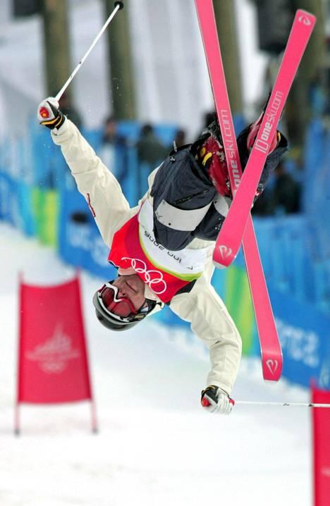 »Kumparelasku on aivan äärimmäisen adrenaliinipurskeinen urheilulaji. Elimistö ja psyyke täytyykin ympäri vuoden totuttaa adrenaliiniin», Lahtela tuumaa.