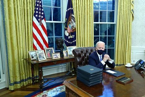 Joe Biden toi Oval Officeen runsaasti kuvia perheenjäsenistään.