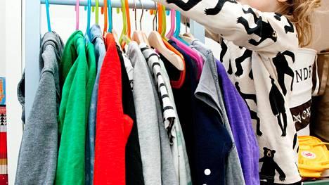 Facebook-kirppikset ja käytettyjen vaatteiden myyntisivustot muuttavat shoppailua – kuluttajia ohjaa tuotteiden laatu ja jälleenmyyntiarvo