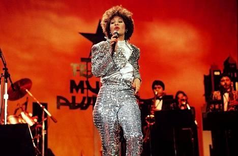 Muoti-idolinakin tunnettu Selena esiintymässä hopeahohtoisessa puvussaan vuonna 1987.